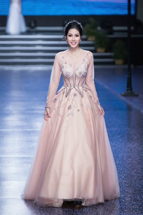 Mẫu váy công chúa cómàu hồng pastel và họa tiết dây leo thêu nổihiện đại. Ngày nay, nhờ kỹ thuật cắt may, tạo phom bằng nhiều lớp (layer) nên váy cưới vẫn có độ bồng đẹp mà không cần tùng váy bên trong.