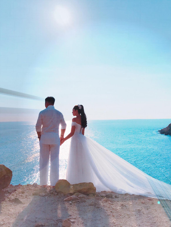 Vùng biển nơi cô đến rấttrong xanh, lặng sóng, cảnh vật còn hoang sơ.
