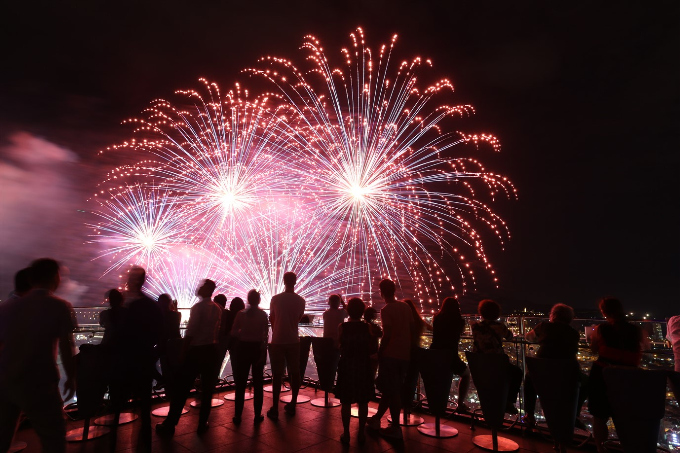 Đông đảo du khách từ khắp nơi đổ về Đà Nẵng chiêm ngưỡng pháo hoa.