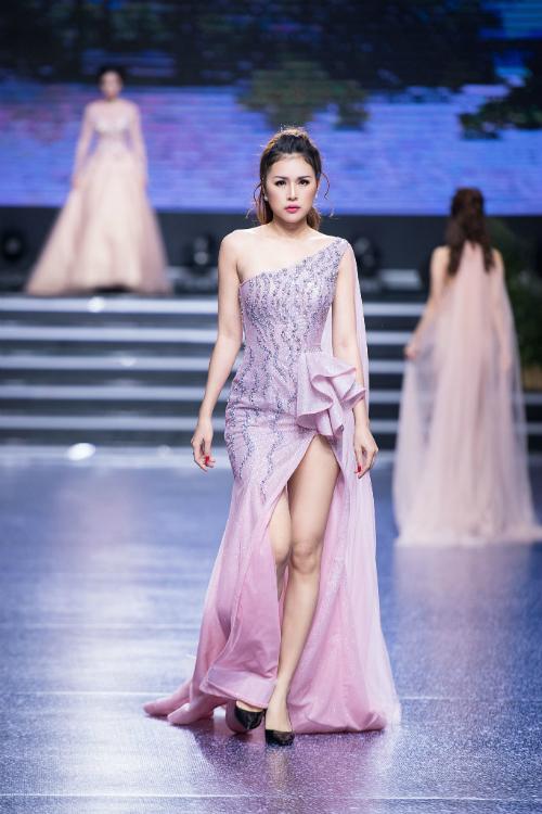 Dáng váy Sheath hiện đại có thêm tà phụ từ trên cầu vai để tạo nét thướt tha cho cô dâu. Đồng thời, mẫu váy lệch vaibớt đơn điệu nhờ phần vải nhún nhẹ ở vòng eo.