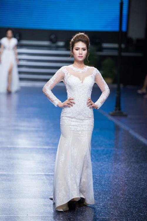 Cổ illusion neckline (kiểu dáng cổ hai) được làm từ chất liệu voan mỏng thêu ren là lựa chọn hoàn hảo cho cô dâu e ngại về độ kín đáo khi mặc váy cúp ngực trái tim.