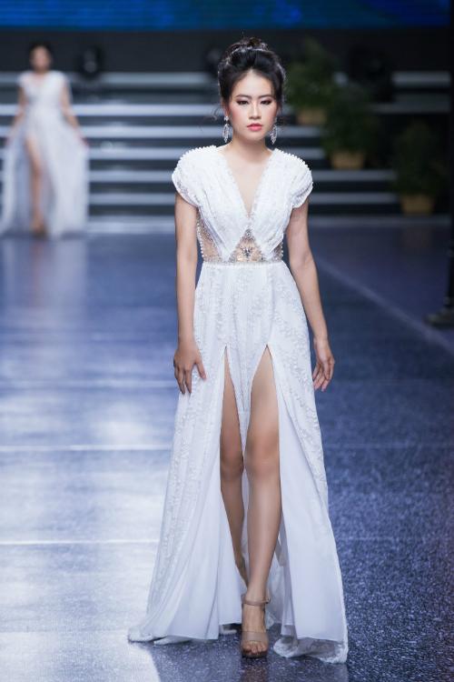 Cổ váy chữ V xẻ sâu cùng hai đường xẻ tà từ ngang đùi giúp cô dâu có vẻ ngoài hiện đại và trẻ trung.