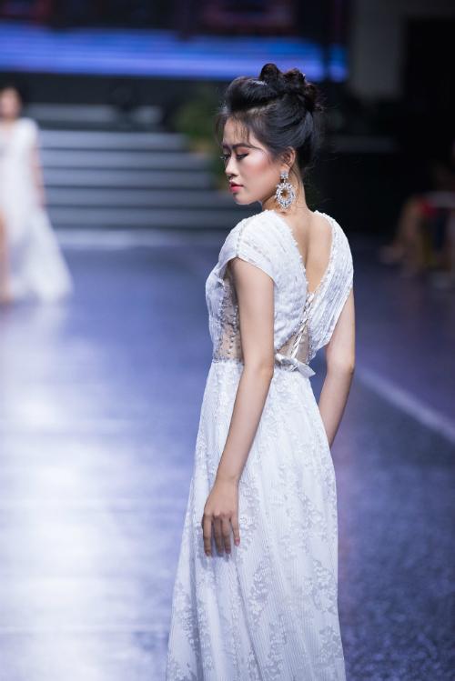Váy được thiết kế với khoảng hở vừa phải ở lưng.