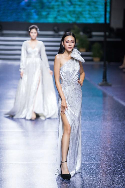 2. Váy cưới suôn dài:Mẫu váylệch vai có thêm điểm nhấn là chiếc nơ to bản kèm đai lưng. Thiết kế phù hợp với những cô dâu cá tính và giúp nàng trông sang trọng hơn vào ngày cưới.