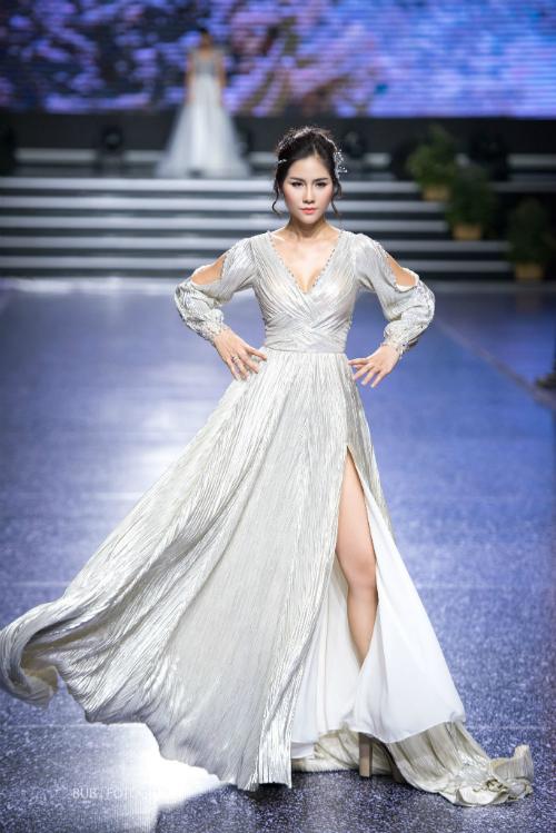 Váy cưới lấp lánh ánh kim thời thượng với dáng chữ A (A Line Dresses). Đây là kiểu váy cưới phù hợp với hầu hết vóc dáng cô dâu, giúp che khuyết điểm vòng 2 và vòng 3. Chiếc váy có đường xẻ tàtừ đùi giúp cô dâu khoe khéo vẻ gợi cảm.