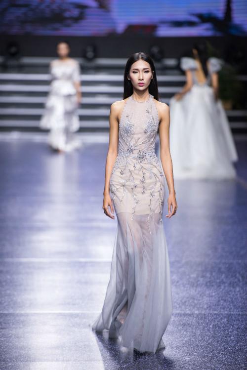 Váy cưới cổ yếm màu xanh nhạt với họa tiết dây leo thêu nổi sẽ phù hợp với cô dâu tổ chức tiệc cưới vào mùa hè này.