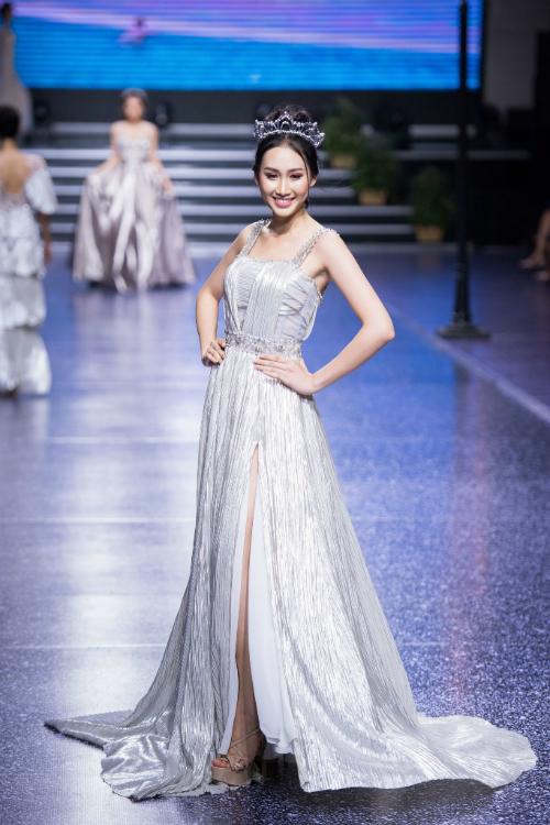 1. Váy dáng chữ Akhá giống váy xòe nhưng phần chân váy gọn gàng hơn, đem lại sự thoải mái khi di chuyển cho cô dâu. Váy cưới hai dây với cổ váy vuôngvà phần xẻ tà ngang đùi sẽ đem đến diện mạo yêu kiều cho cô dâu.