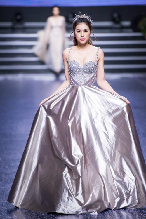 Váy hai dây đính đá phù hợp với các cô dâu có vòng 1 đầy đặn, bờ vai thon.