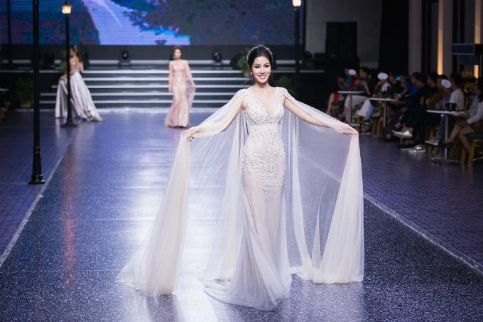 Áo choàng cape từ voan mỏng đi kèm váy là một biến tấu khá phổ biến để cô dâu thêm sang trọng, quyến rũ.