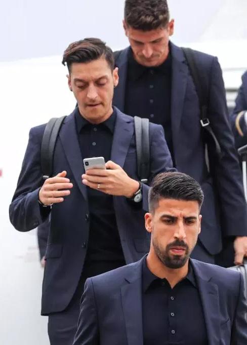 Ozil lạnh lùng, cắm mặt vào điện thoại khi đội tuyển Đức đến Nga