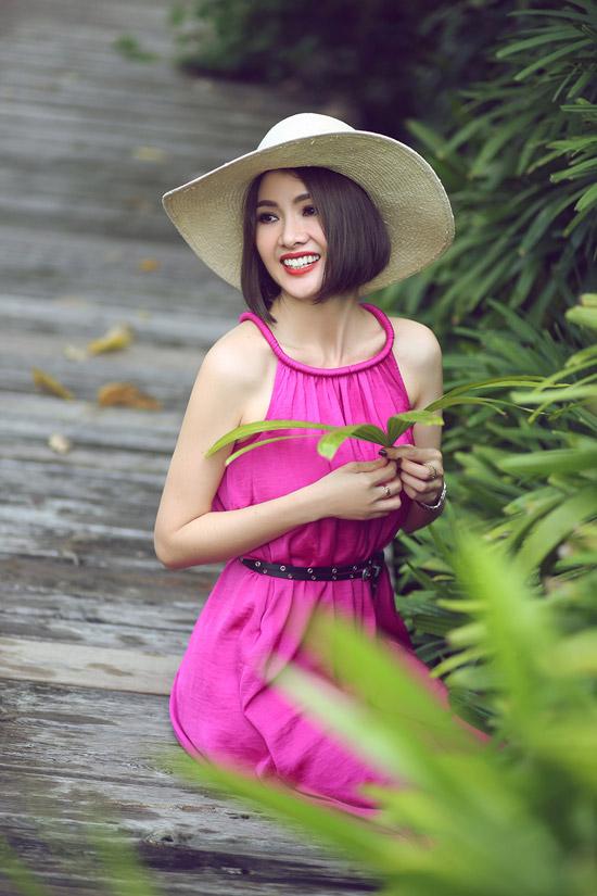 Sau lần đổ vỡ hôn nhân với cựu người mẫu Thăng Long, Anh Thư một mình nuôi con trai. Cô vẫn đam mê với phim ảnh và công việc đào tạo catwalk.