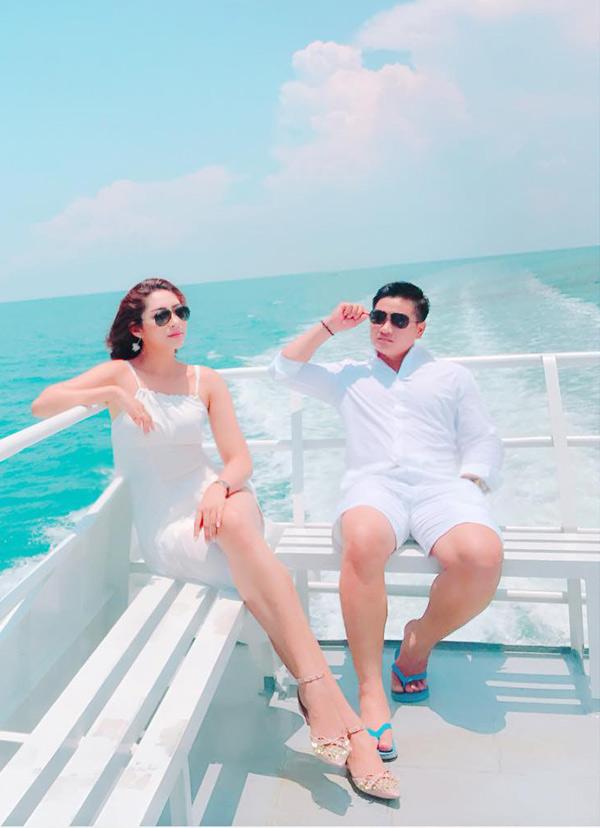 Chồng doanh nhân của Đặng Thu Thảo nhìn khá điển trai, phong độ.