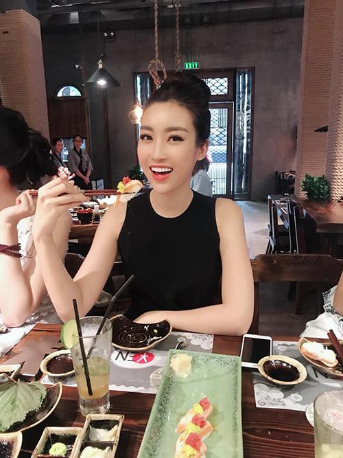 Hoa hậu Mỹ Linh cùng các hoa hậu đi ăn đồ Nhật sau khi tham gia các hoạt động chấm thi Hoa hậu Việt Nam 2018.