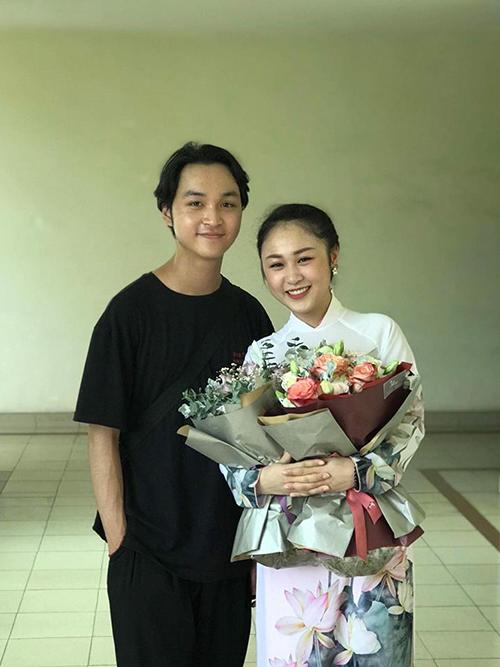 Thiện Thanh - con gái nhạc sĩ Quốc Trung và ca sĩ Thanh Lam - được em trai tới cổ vũ trong lễ tốt nghiệp nhạc viện. Cô bé chia sẻ: Hôm nay tốt nghiệp hát hem được ổn mà vẫn được tặng 2 bó hoa xinh động viên tinh thần, thank you guys.
