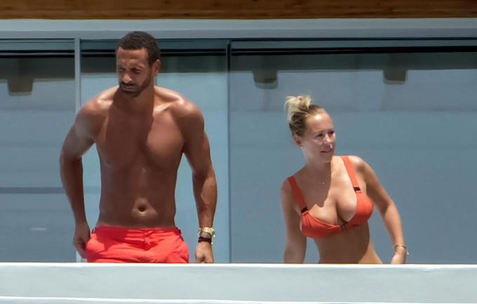 Rio Ferdinand và bạn gáiKate Wright tới vùng biểnMykonos, Hy Lạp từ tuần trước. Hôm 12/6, cánh săn ảnh tại đây chụp được những khoảnh khắc tính tứ của cặp đôi ở ban công khách sạn.