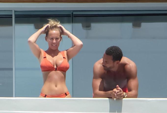 Ferdinand ngắm nhìn thân hình nóng bỏng của bạn gái. Kate Wright năm nay 36 tuổi, từng tham gia chương trình truyền hình thực tế rất ăn khách ở