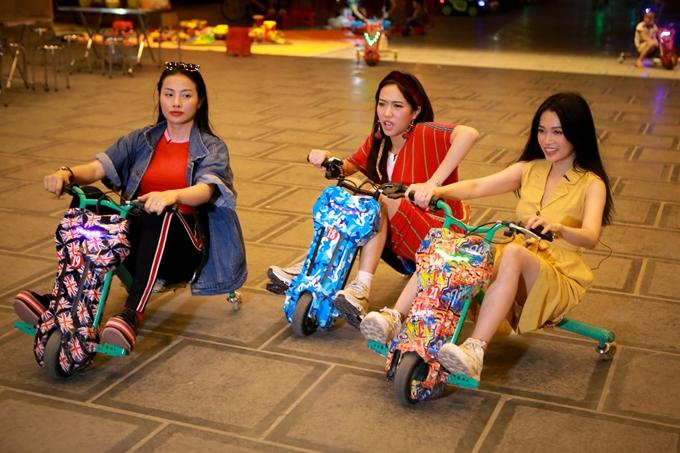 Cả ba nữ diễn viên tinh nghịch thử sứcnhững trò chơi ở hội chợ vốn gắn liền với tuổi thơ như đạp xe mini, câu cá...