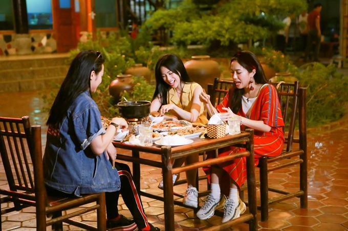Họ còn thưởng thức nhiều món đặc sản của Ninh Bình như cơm cháy ruốc, thịt dê... Chương trình sẽ lên sóngvào lúc 17h20 ngày 17/6trên kênh HTV9.