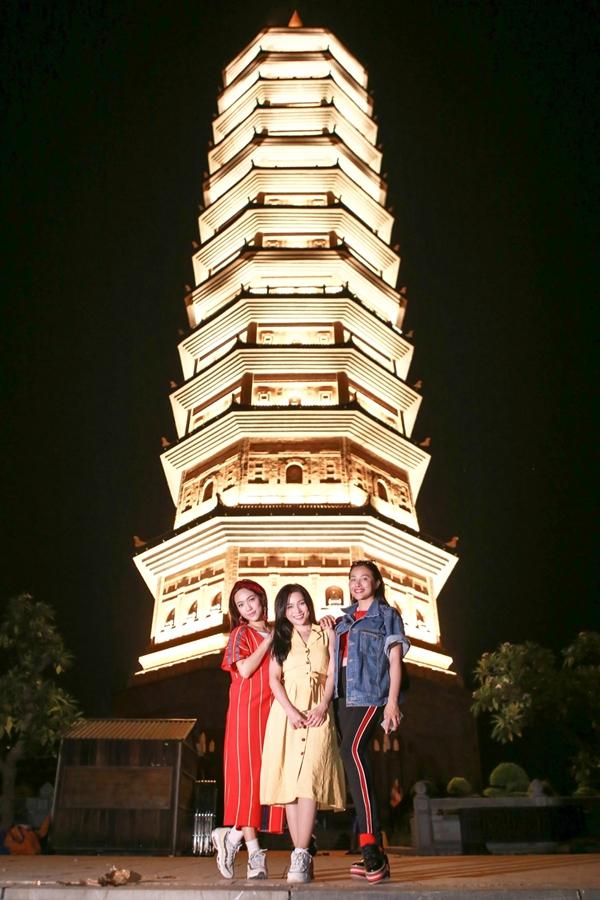 Các thành viên tham quan tòa Bảo tháp 13 tầng trong chùa vàlà ngôi Bảo tháp cao nhất Đông Nam Á.