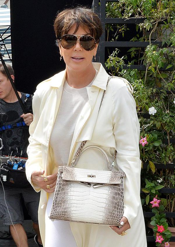 Mẹ của Kim - bà Kris Jenner - tự hào khoe túi da cá sấu bạch tạng. Nhưng đây là sản phẩm dòng Kelly, có giá thấp hơn Birkin.
