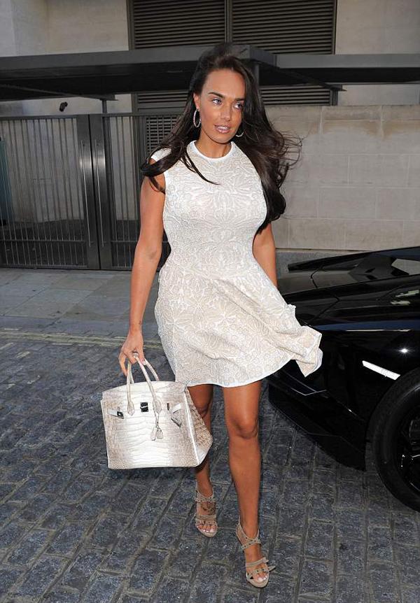 Ái nữ của ông trùm F1 Tamara Ecclestone nổi danh không chỉ nhờ gương mặt xinh đẹp, thân hình nóng bỏng mà còn bởi cuộc sống xa hoa, tiêu tiền như nước. Trong số 30 mẫu túi Hermes cô sưu tập, nổi bật nhất là chiếc Birkin Himalayan phiên bản không nạm kim cương, giá khoảng 60.000 bảng Anh (hơn 1,8 tỷ đồng).