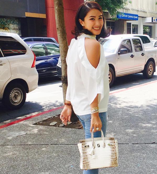 Diễn viên, ca sĩ Heart Evangelista - một trong tứ đại mỹ nhân của Philippines - thường được đặt lên bàn cân so sánh với Marian Rivera không chỉ về nhan sắc mà còn ở sở thích sưu tập túi Hermes xa xỉ. Điều thú vị là chỉ 1 ngày sau khi Marian đăng ảnh đeo Kelly Himalayan, Heart tự hào khoe trên Instagram bức hình cô xách kiệt tác dòng Birkin (đắt hơn Kelly) kèm chú thích: Diễn viên Philippines đầu tiên sở hữu bé yêu này.