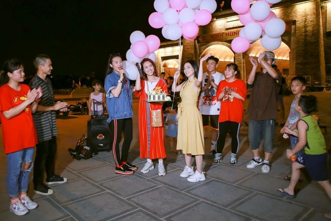 Hội bạn thântận tâm chuẩn bị cả loa để hát chúc mừng sinh nhật Diệu Nhi. Nhiều khán giả quanh đó cũng vỗ tay hòa nhịp bài hát.