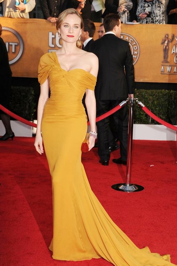 Diễn viênDiane Kruger cũng từng diện một chiếc váy tương tự lên thảm đỏ từ năm 2010. Cả phía nhà thiết kế và đương kim hoa hậu từ chối trả lời nghi vấn đạo nhái lần này.