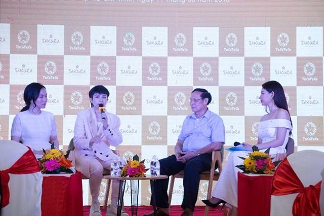 Quỳnh Chi (ngoài cùng bên phải) dẫn dắt chương trình.