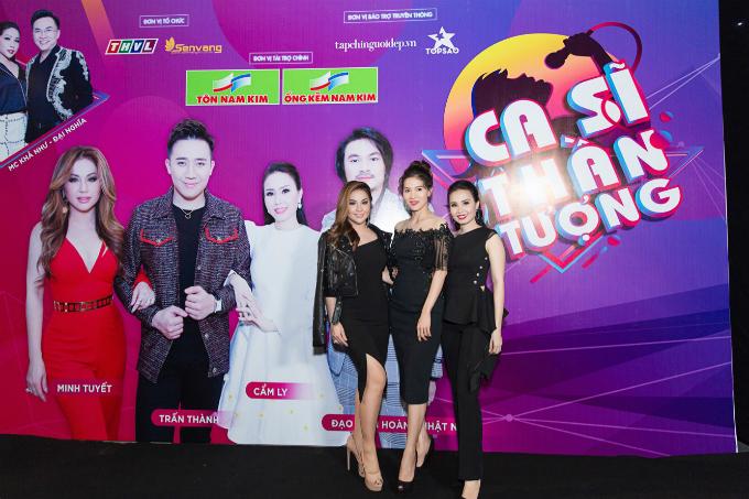 Chị em Minh Tuyết (trái) và Cẩm Ly (ngoài cùng, bên phải) cùng diện váy đen khi xuất hiện tại buổi họp báo.