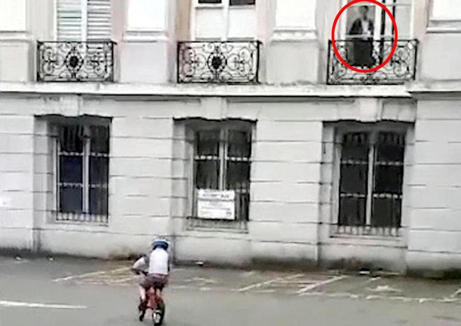 Đưa con đi đạp xe, bà mẹ bị sốc khi phát hiện bóng ma bên cửa sổ