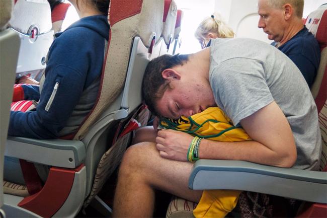 Đừng bao giờ ngồi yên một chỗ trong suốt chuyến bay - 1