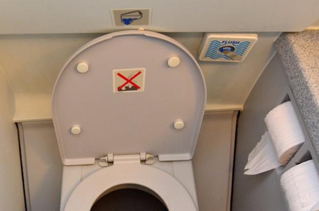 Đừng bao giờ ngồi yên một chỗ trong suốt chuyến bay - 2