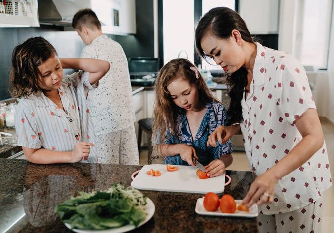 Ngọc Nga khá lo lắng khi con gái dùng dao. Tuy nhiên cô bé xắt cà chua thành thạo không kém mẹ.