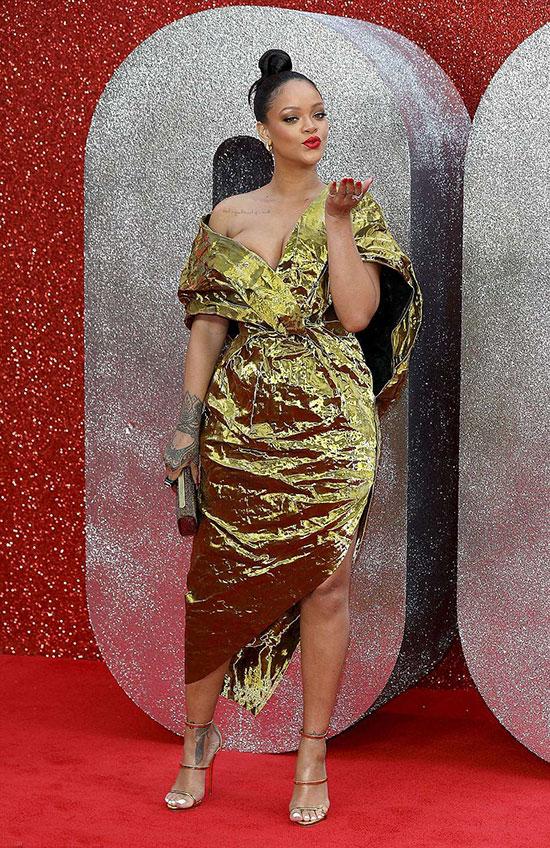 Tới lễ ra mắt phim mới, Rihanna diện bộ đầm ánh vàng của thương hiệu Poiret và trang sức kim cương Harry Kotlar. Giống như nhiều sự kiện khác, giọng ca Diamond luôn gây chú ý trên thảm đỏ với phong cách thời trang độc đáo và phóng khoáng.