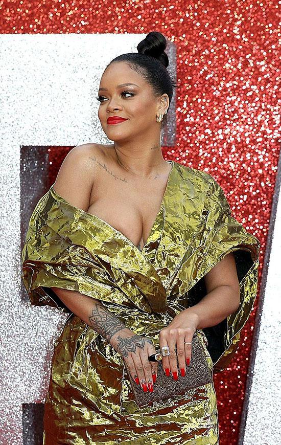 Chiếc váy Rihanna mặc có phần hơi rộng nên thi thoảng trễ hẳn xuống vai khiến cô suýt lộ cả bầu ngực.