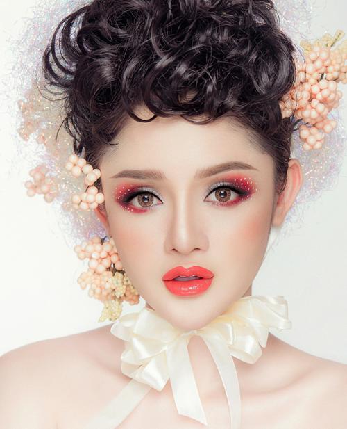 Artistic eyeshadow - nghệ thuật với phấn mắt, là một từ được nhắc đến cùng với bộ sưu tập thời trang xuân hè củaParmer Harding. Kiểutrang điểm này được miêu tả là giải phóng các cô gái khỏi những phong cách cổ điển, đóng khung mẫu mực. Thay vào đó, sự phóng khoáng, nghệ sĩ được đề cao. Tuy không phải cô dâu nào cũng sẵn sàng lựa chọn kiểu makeup này nhưng trong một concept chụp ảnh cưới cụ thể, hiệu quả mà nó đem lại có thể khiến bạn bất ngờ.