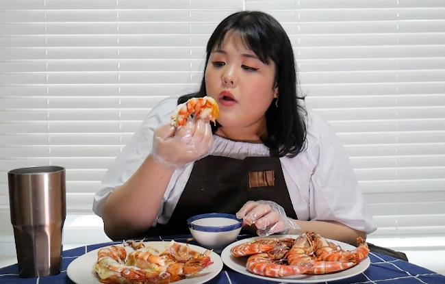 Thánh ăn Hàn Quốc bày cách lăn vào bếp với 2 món tôm kinh điển - ảnh 1