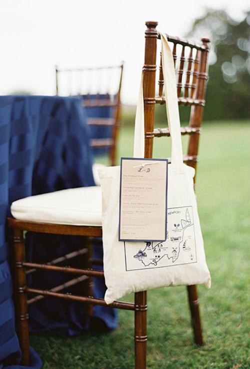 Món quà mà uyên ương tặng khách mời có thể là một chiếc túi vải in bản đồ giao thông hàng hải.