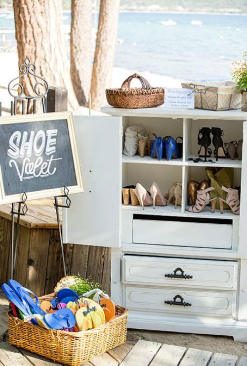 Nếu hôn lễ diễn ra bên bờ biển, bạn nên bố trí một chiếc tủ đựng giầy và những chiếc dép tông để khách thay và tự do đi lại.
