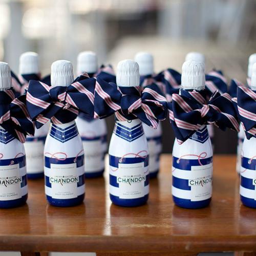 Những chai rượu được thắt nơ xanh sọc hồng xinh xắn và bao bì đượcthiết kế vớicảm hứng từ chiếc áo của thủy thủ.