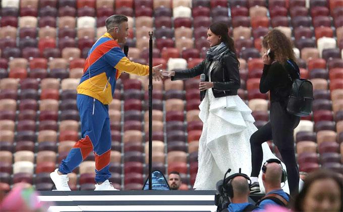 Tại lễ khai mạc World Cup 2018, ca sĩ Aida Garifullina cùng ngôi sao nhạc pop người Anh Robbie Williams khuấy động bầu không khí bằng ca nhạc.