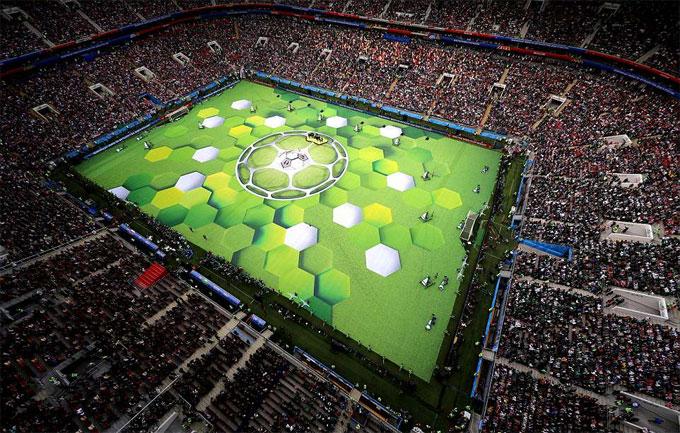 Lần đầu tiên nước Nga tổ chức sự kiện lớn World Cup. Không khí trên các khán đài sân Luzhniki khá sôi động trong suốt buổi khai mạc và trận đấu giữa chủ nhà Nga với Ảrập Xêút.