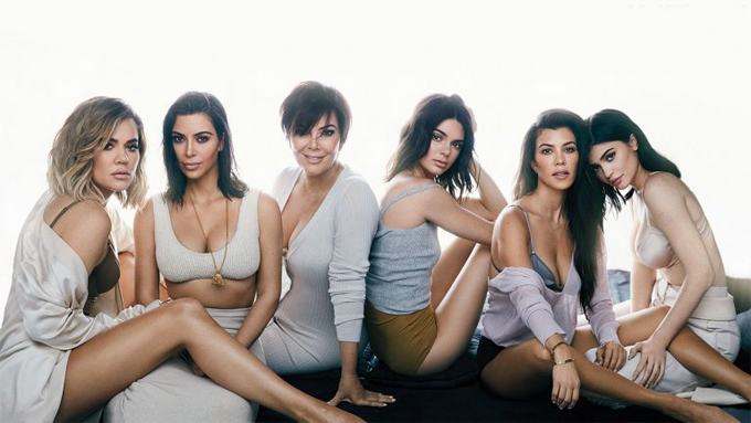 5 chị em Kim bên cạnh mẹ: (Từ trái qua phải) Khloe Kardashian, Kim Kardashian, bà Kris Jenner, Kendall Jenner, Kourtney Kardashian, Kylie Jenner.