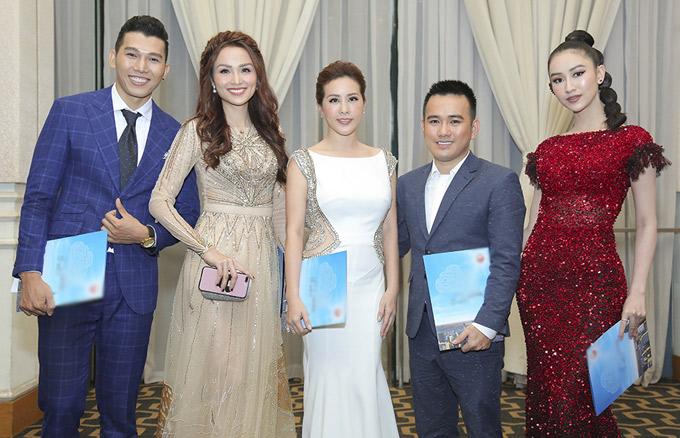 Siêu mẫu Ngọc Tình và Hoa hậu Diễm Hương cũng ăn mặc chỉn chu đi làm giám khảo.