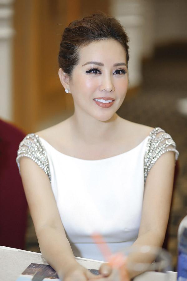 Thu Hoài được nhiều người khen ngày càng trẻ đẹp, quyến rũ. Là bà chủ một spa nổi tiếng, Hoa hậu Phu nhân 2012 có điều kiện chăm chút nhan sắc thường xuyên.