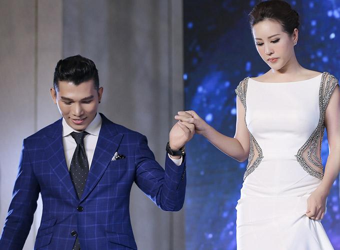 Ngọc Tình tháp tùng Thu Hoài lên sân khấu trao giải cho những thí sinh đoạt thành tích cao.