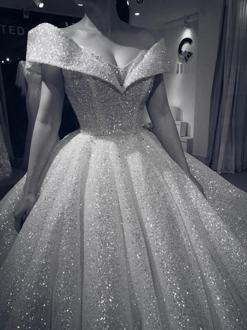 Váy được may bằng chất liệu ren lấp lánh cao cấp của Pháp, được đính thủ công hàng nghìn viên đá quý. Giá trị của chiếc váy vẫn được nhà thiết kế và chủ nhân giữ bí mật.