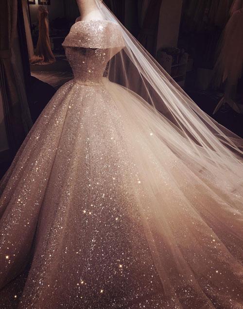 Nhà thiết kế gọi chiếc váy của mình là tác phẩm đặc biệt dành cho những con người đặc biệt. Cô dâu, chú rể đã sẵn sàng làm tất cả những điều có thể để được sống là chính mình, để dược hạnh phúc và có một cuộc đời trọn vẹn.