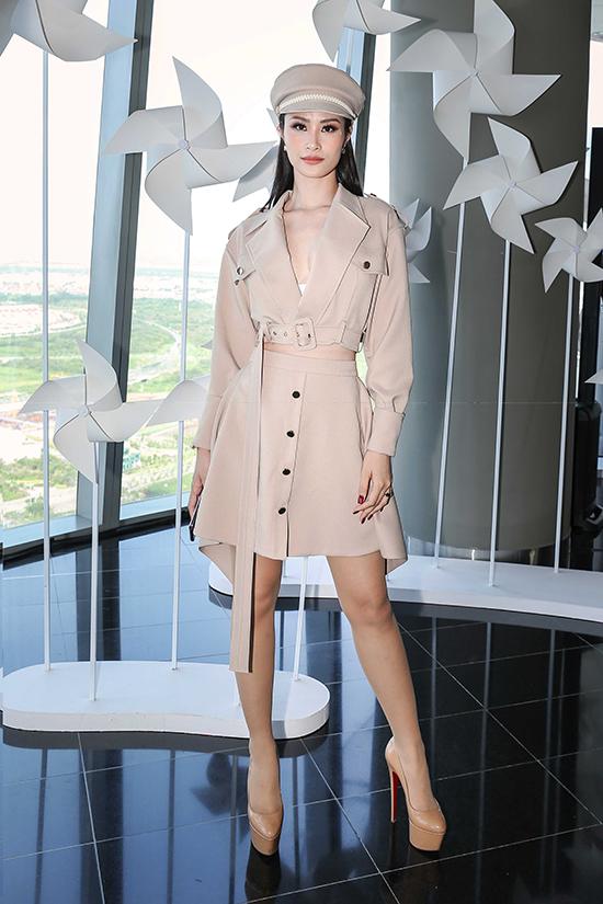 Đông Nhi trẻ trung với bộ vest đi kèm chân váy tiệp màu nude.
